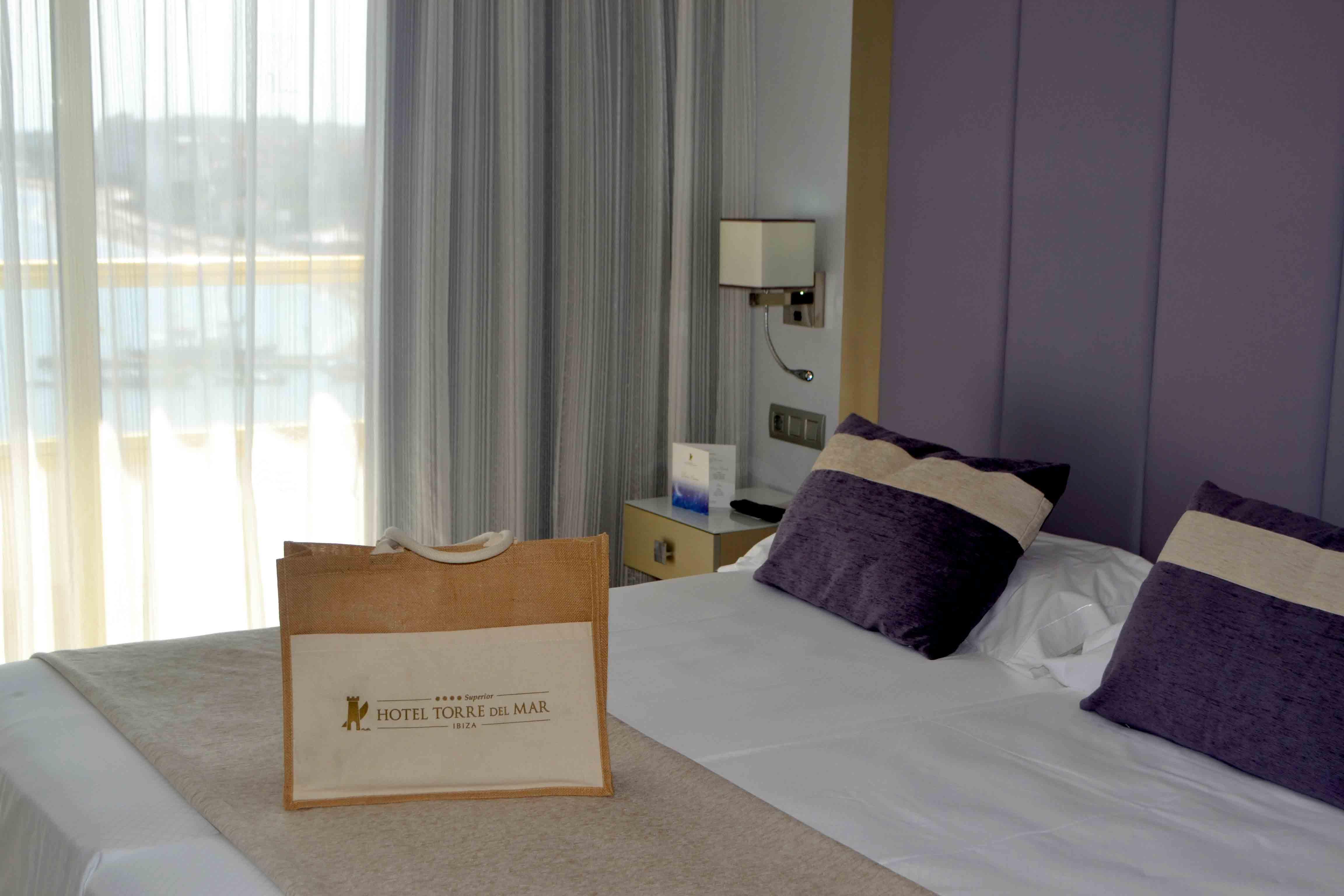 Detalle de bienvenida en las suites de lujo hotel Torre del Mar